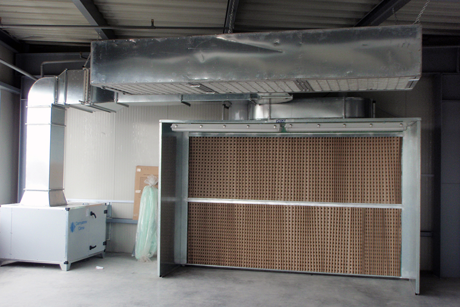 Dry filter spraying booth with heating